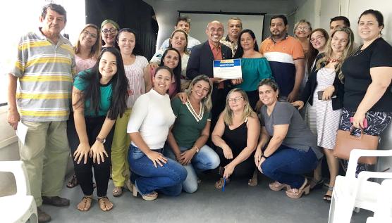Foto com o promotor de Justiça Dairton Costa e a equipe que participou da capacitação do Conselho Tutelar de Maranguape.